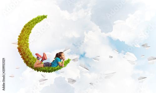 Pojęcie nieostrożnego szczęśliwego dzieciństwa z dziewczyną marzy o czymś