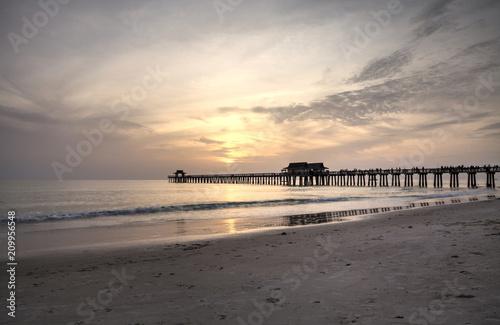 Foto Murales Hazy sunset over the Naples Pier in summer
