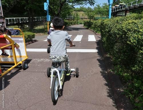 Foto Murales 自転車で道を走る子供
