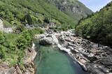 Gebirgsfluss Verzasca, heller Orthogneis, metamorphes Gestein, in das sich die Verzasca tief eingeschnitten hat, Lavertezzo, Valle Verzasca, Tessin, Schweiz, Europa