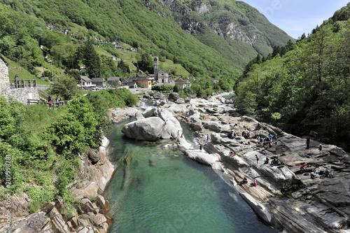 Rzeka górska Verzasca, jasna ortognejza, skała metamorficzna, do której głęboko grawerowane są Verzasca, Lavertezzo, Valle Verzasca, Ticino, Szwajcaria, Europa