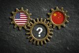 Zahnräder auf Schiefertafel symbolisieren Konflikt / Zusammenarbeit zwischen USA und China