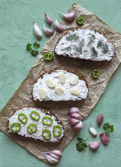 Snacks with rye bread and garlic sauce.