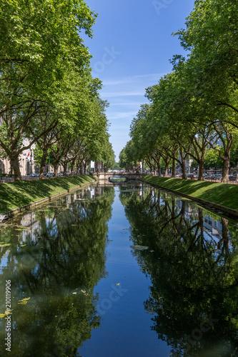 Miasto rzeka z drzewami i niebieskim niebem