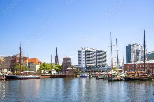 Leinwanddruck Bild Bremerhaven, Hafen und Stadt