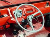 Spartanisches rotes Interieur mit Zweispeichenlenkrad eines französischen Geländewagen der Siebzigerjahre in Lage bei Detmold in Ostwestfalen-Lippe