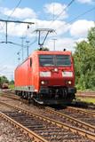 Moderne Lokomotive im Bahnhof