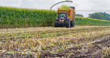 Maisernte, Maishäcksler in Aktion, Erntewagen mit Traktor - 210266193