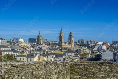 Torres de la catedral de  Lugo desde lo alto de la muralla romana