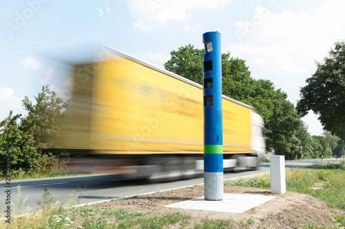 Mautkontrollsäule an einer Bundesstraße - 210299752
