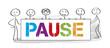 Team hält Banner mit der Aufschrift PAUSE