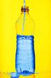 Leinwanddruck Bild - nalewanie wody do plastikowej butelki