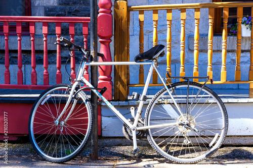 Plexiglas Fiets Bike in front of colorful balconies in Montreal