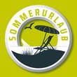 rundes sommerurlaub vektor logo mit sonnenschirm und liegestuhl am strand