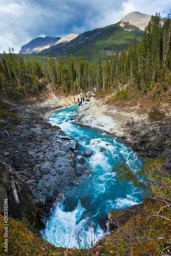 Aluminium Bergrivier A mountain and river in the Canadian Rockies, British Columbia, Canada