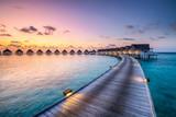 Romantischer Sonnenuntergang in einem Luxushotel  - 210366916