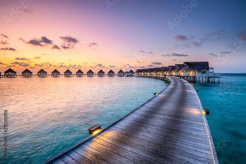 Fototapety, obrazy : Romantischer Sonnenuntergang in einem Luxushotel