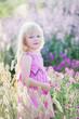 Leinwanddruck Bild - Hübsches süßes Mädchen in einem Lavendelfeld