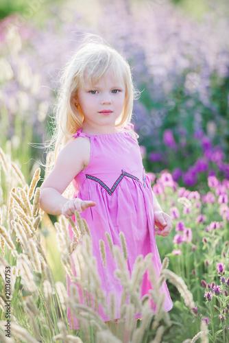 Leinwanddruck Bild Mädchen in Lavendelfeld