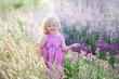 Leinwanddruck Bild - Lächelndes Sonnenlicht des schönen Mädchens auf dem Lavendelgebiet