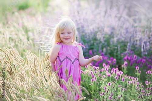 Leinwanddruck Bild Lächelndes Sonnenlicht des schönen Mädchens auf dem Lavendelgebiet