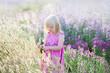 Leinwanddruck Bild - Porträt des netten kleinen Mädchens steht auf einem Lavendelgebiet still