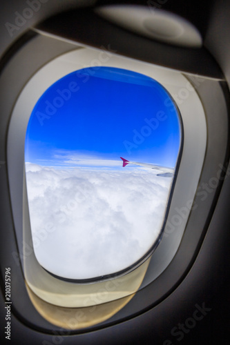 飛行機の窓からの景色 - 210375796
