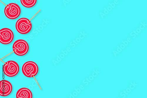 Boczną granicę tętniących życiem różowe lollipops przeciwko pastelowe niebieskie tło. Skopiuj miejsce.