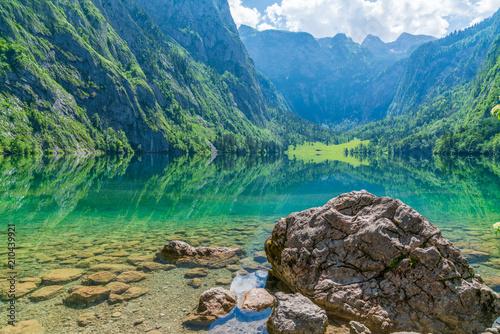 Blick auf den Obersee mit Stein beim Königssee in Berchtesgaden