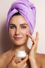 belleza mujer tratamiento con envase crema facial
