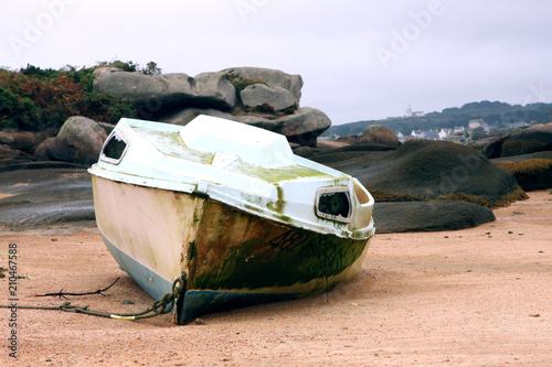 Fotobehang Schip Bateau à marée basse
