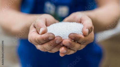 Granulat dłonie przemysł rzemiosło