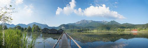 Landschaftspanorama Kochelsee bei Schlehdorf mit Bootshütten