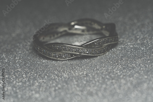 Srebrny pierścionek tła