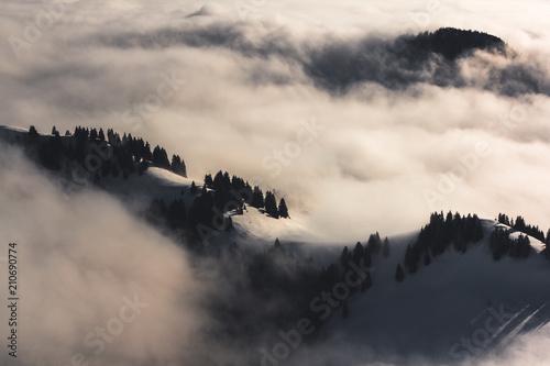 Aluminium Grijze traf. Berglandschaft und Nebel