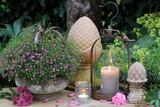 Gartendekoration mit Kerzen und Sommerblumen - 210727316