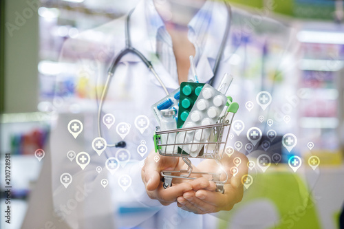 Aluminium Apotheek Shopping cart with drugs in the hands of a physician .