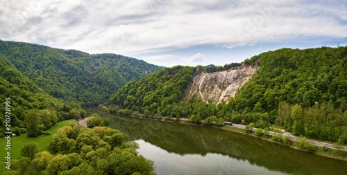 Aluminium Bergrivier Wild river in mountain valley. Green mountain