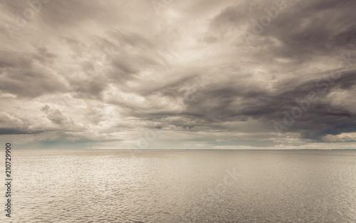 idylliczny-strzal-horyzontalna-woda-morska-i-niebo