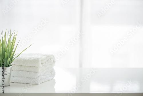 Ręczniki i houseplant na białym stole z kopii przestrzeni