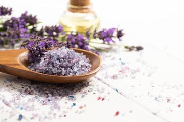 wohlriechendes aromabad mit badesalz aus lavendel