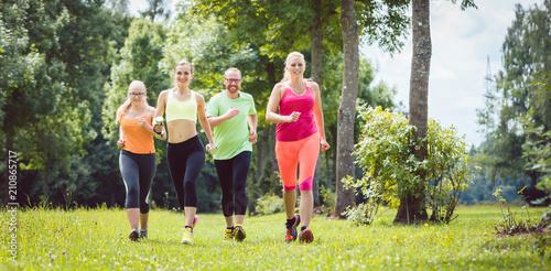 Aluminium Fitness Familie mit Personal Fitness Trainer beim Laufen