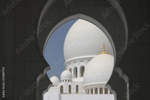 Fotobehang Abu Dhabi kopuły białego meczetu na tle niebieskiego nieba w Abu Dhabi, Zjednoczone Emiraty Arabskie