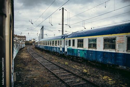 Plexiglas Graffiti Wagons couverts de graffitis dans gare désaffectée