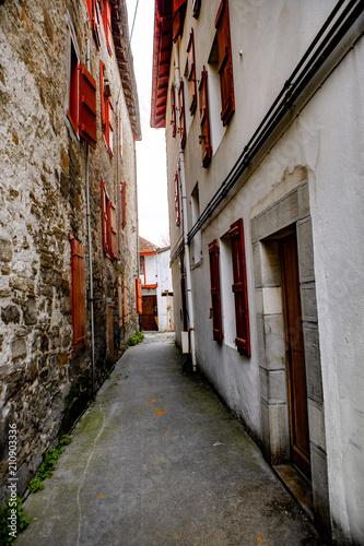 Fotobehang Smalle straatjes Village basque du piment d'Espelette