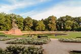 Opoczynek przed pomnikiem Chopina w letni wieczór