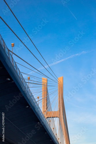 Widok pylonu pod mostem