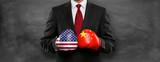 Mann mit Boxhandschuhen / China / USA - 211073105