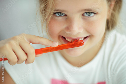 The child cleans teeth