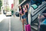 Junge Frau ruft Taxi - 211108944